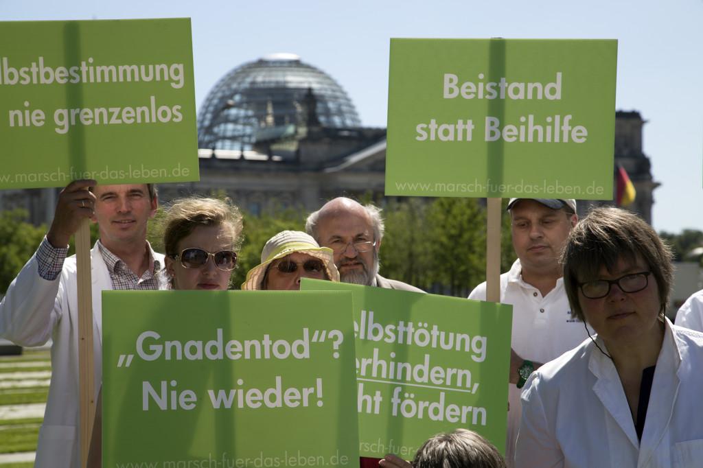 Unsere Aktion vor dem Bundestag gegen Sterbehilfe